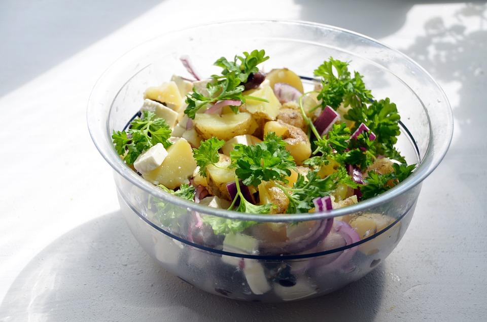 Warme salade van nieuwe aardappels en linzen
